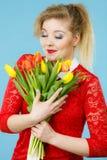 Donna graziosa con il mazzo giallo rosso dei tulipani Fotografie Stock Libere da Diritti