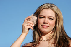 Donna graziosa con il seashell immagini stock libere da diritti