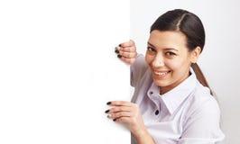 Donna graziosa con il tabellone per le affissioni Fotografia Stock Libera da Diritti