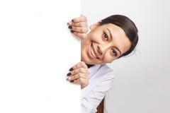 Donna graziosa con il tabellone per le affissioni Fotografia Stock