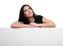 Donna graziosa con il tabellone per le affissioni in bianco Fotografia Stock Libera da Diritti