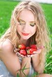 Donna graziosa con la fragola Fotografie Stock