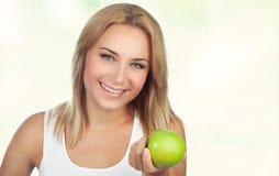 Donna graziosa con la mela Fotografie Stock Libere da Diritti