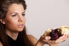 Donna graziosa con le rose Fotografie Stock Libere da Diritti