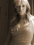 Donna graziosa con monili Fotografia Stock