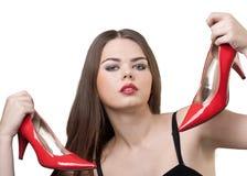 Donna graziosa con un accoppiamento dei pattini rossi in sue mani Immagine Stock Libera da Diritti