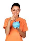 Donna graziosa del brunette con una piggy-banca Fotografia Stock Libera da Diritti