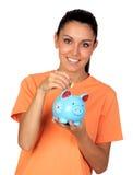 Donna graziosa del brunette con una piggy-banca Immagini Stock Libere da Diritti