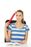 Donna graziosa dell'adolescente che tiene matita enorme Fotografia Stock Libera da Diritti