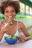 Donna graziosa dell'afroamericano che mangia un'insalata Immagini Stock