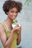 Donna graziosa dell'afroamericano con insalata Fotografia Stock