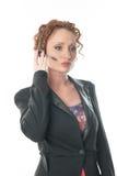 Donna graziosa della testarossa che ascolta il telefono della cuffia avricolare Fotografie Stock Libere da Diritti