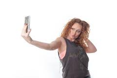 Donna graziosa della testarossa che prende un Selfie Fotografie Stock