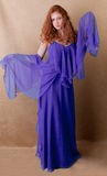 Donna graziosa dentro lunga, vestito operato Fotografia Stock