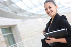 Donna graziosa di affari all'edificio per uffici Immagini Stock Libere da Diritti