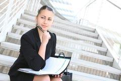 Donna graziosa di affari all'edificio per uffici Fotografia Stock
