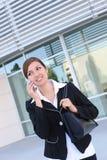 Donna graziosa di affari all'edificio per uffici Fotografie Stock