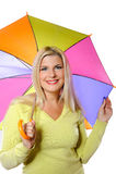 Donna graziosa di autunno che si leva in piedi sotto l'ombrello Immagini Stock Libere da Diritti
