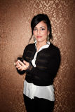 Donna graziosa di Latina con il telefono delle cellule Fotografia Stock