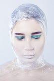 Donna graziosa di Misterous avvolta in cellofan fotografia stock