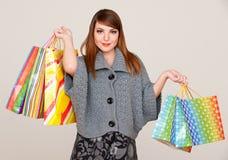 Donna graziosa di smiley con i sacchetti di acquisto Fotografia Stock Libera da Diritti