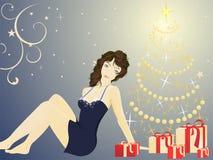 Donna graziosa e un christmastree Immagini Stock