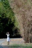 Donna graziosa fuori che birding con il binocolo. immagini stock