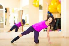 Donna graziosa in ginnastica Fotografie Stock Libere da Diritti