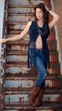Donna graziosa in maglia guarnita Immagini Stock Libere da Diritti