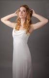 Donna graziosa in Maxi Dress bianco Immagini Stock