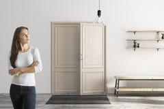 Donna graziosa nel corridoio moderno Fotografie Stock Libere da Diritti