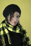Donna graziosa nel nero e nel colore giallo fotografie stock