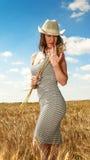 Donna graziosa nella fine del campo sul ritratto Fotografia Stock Libera da Diritti