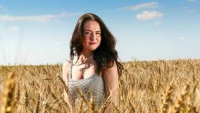 Donna graziosa nella fine del campo sul ritratto Fotografie Stock