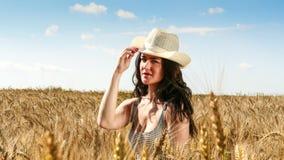 Donna graziosa nella fine del campo sul ritratto Fotografia Stock