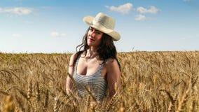 Donna graziosa nella fine del campo sul ritratto Immagini Stock Libere da Diritti