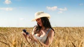 Donna graziosa nella fine del campo sul ritratto Immagine Stock
