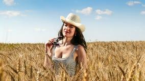 Donna graziosa nella fine del campo sul ritratto Immagini Stock