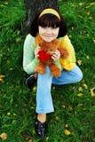 Donna graziosa nella sosta di autunno. Fotografie Stock Libere da Diritti
