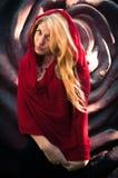 Donna graziosa in scialle Fotografie Stock