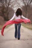 Donna graziosa in scialle rosso Immagini Stock