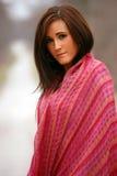 Donna graziosa in scialle rosso Immagine Stock