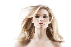 Donna graziosa sensuale con i capelli di volo immagine stock