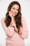 Donna graziosa sorridente che esamina macchina fotografica Fotografie Stock Libere da Diritti