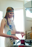 Donna graziosa sorridente nella cucina che prepara caffè Fotografie Stock Libere da Diritti