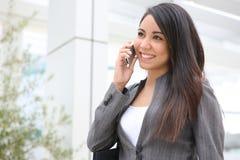 Donna graziosa sul telefono all'ufficio Fotografia Stock Libera da Diritti