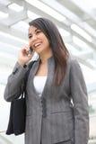 Donna graziosa sul telefono all'ufficio Fotografie Stock Libere da Diritti
