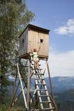 Donna graziosa sull'alta torre dei cacciatori Fotografia Stock Libera da Diritti