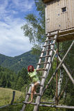 Donna graziosa sull'alta torre dei cacciatori Immagine Stock