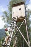 Donna graziosa sull'alta torre dei cacciatori Immagini Stock Libere da Diritti